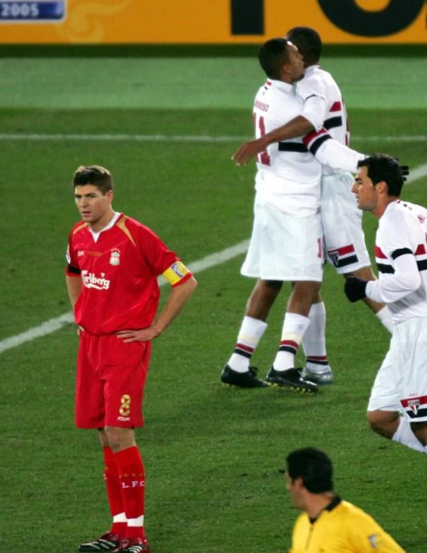 Gerrard, do Liverpool, e Danilo, do São Paulo (à direita), na final do Mundial de 2005 — Foto: Reuters