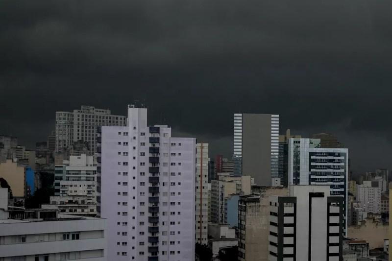 Nuvens carregadas podem ser vistas na região central da cidade de São Paulo na tarde desta terça-feira 20. — Foto: SUAMY BEYDOUN/AGIF - AGÊNCIA DE FOTOGRAFIA/ESTADÃO CONTEÚDO