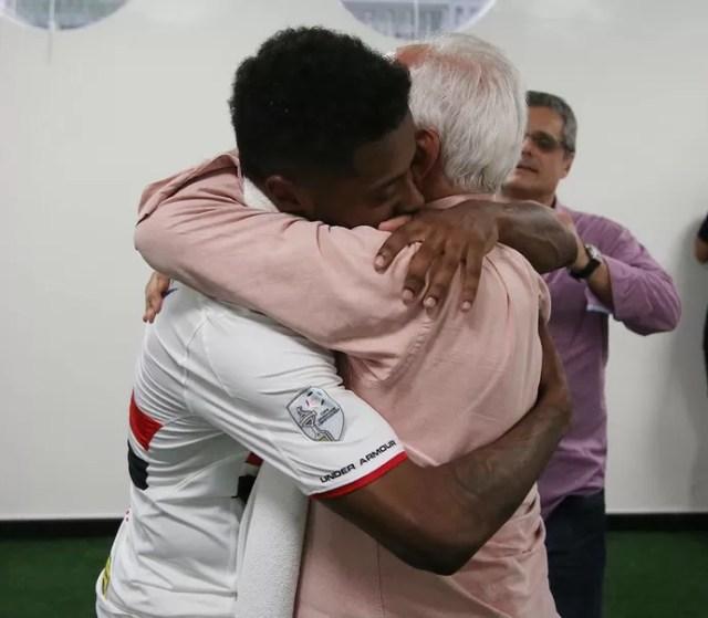 Michel Bastos abraça Carlos Augusto de Barros e Silva, o Leco, presidente do São Paulo (Foto: Rubens Chiri / saopaulofc.net)