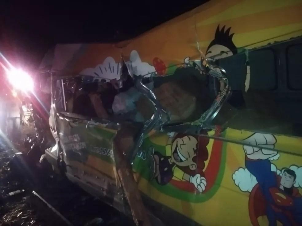 Imagens mostram toras de madeira que atingiram ônibus e van na BR-101 — Foto: Reprodução/Redes Sociais