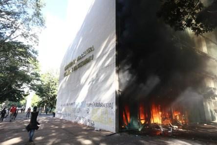 Resultado de imagem para Manifestantes ateiam fogo no prédio do Ministério da Agricultura