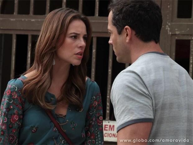 Convencida de que Bruno roubou sua filha, Paloma não quer ouvir explicações (Foto: Amor à Vida/ TV Globo)