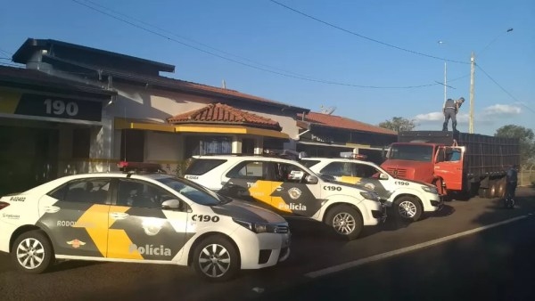 Polícia Rodoviária abordou caminhão e encontrou tabletes de maconha escondidos no fundo falso do veículo em Andradina (SP) (Foto: Polícia Rodoviária/Divulgação)