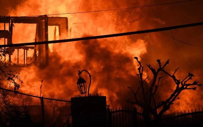 Casa ao longo da Pacific Coast Highway, em Malibu, é destruída pelo fogo — Foto: Robyn Beck / AFP