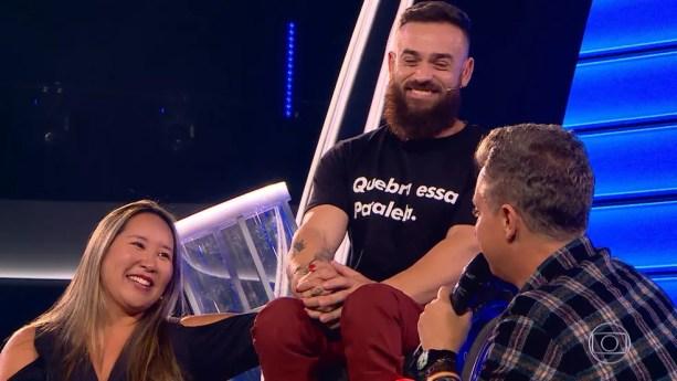 Luciano Huck conversa com Diego Coelho e a esposa Suzy durante o 'The Wall' — Foto: TV Globo