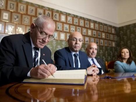 Os ganhadores do prêmio Nobel da Paz de 2015, os integrantes Quarteto do Diálogo Nacional da Tunísia, assinam livro no Instituto Nobel em Oslo, na Noruega, nesta quarta-feira (9) (Foto: Haakon Mosvold Larsen/NTB/Reuters)