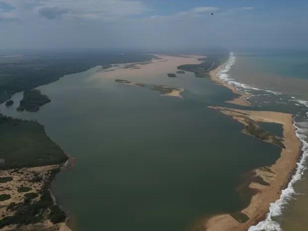 frl_3444 Lama muda a cor do mar na foz do Rio Doce, em Linhares, ES