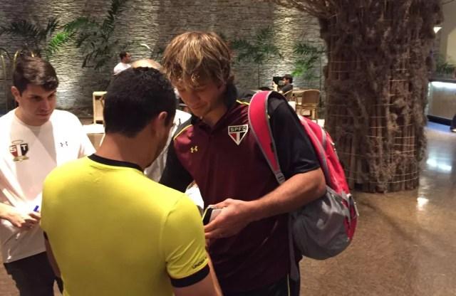 Lugano distribui autógrafos no saguão do hotel em Recife (Foto: Marcelo Hazan)
