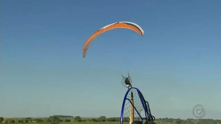 Associação convidou grupo de aposentados e deficientes visuais para voo de paramotor em Araçatuba (SP) (Foto: Reprodução/TV TEM)