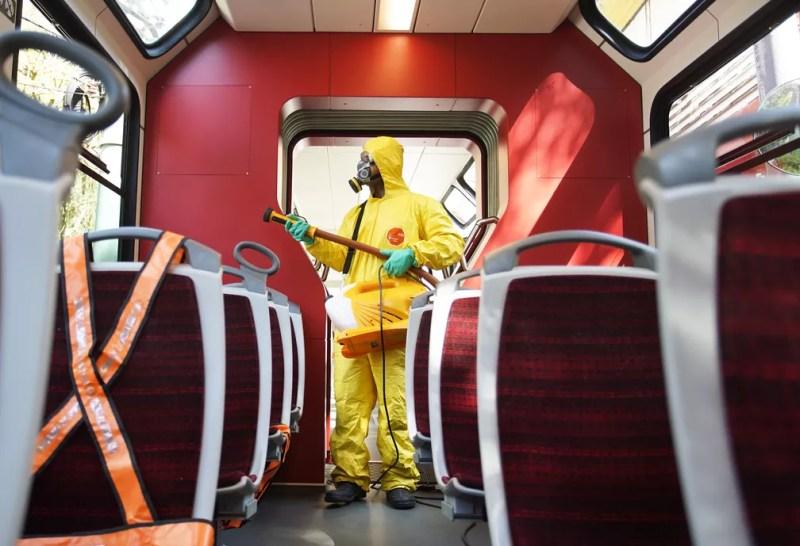 Trem do Corcovado é sanitizado na véspera da reabertua ao público — Foto: Marcos Serra Lima/G1