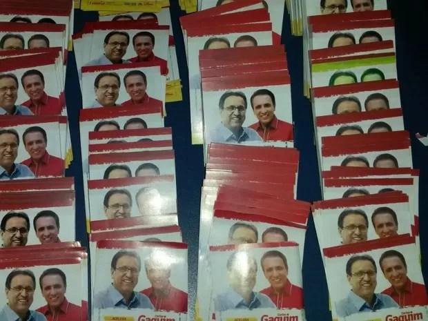 Santinhos dos candidatos do Tocantins encontrados no avião apreendido (Foto: Vitor Santana/G1)