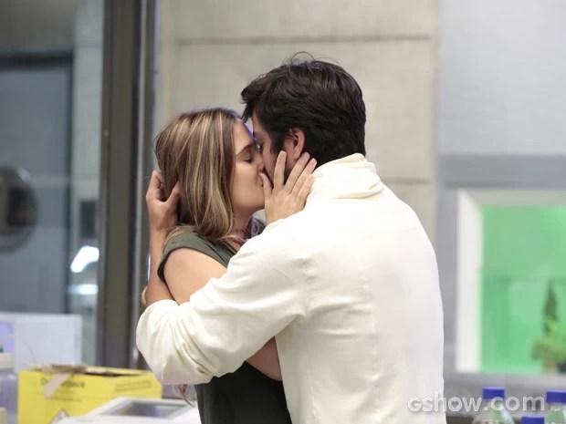 Lili tasca beijão em Marlon (Foto: Felipe Monteiro/TV Globo)