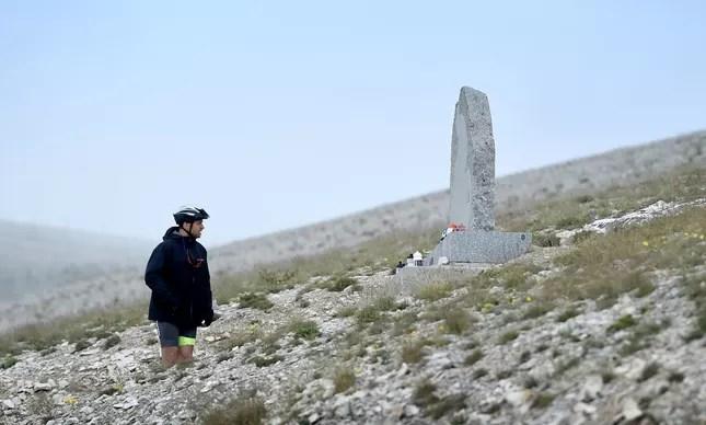 Um fã do Tour de France observa o memorial a Tom Simpson, ciclista que morreu de exaustão na 13ª etapa da edição de 1967 da volta ciclística