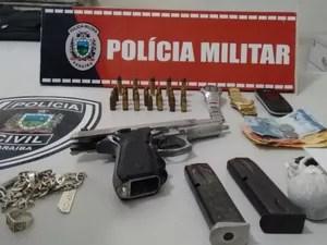 Arma de uso restrito das forças armadas foi encontrada na casa onde jovem suspeito de atirar no turista foi preso, em Pitimbu, Paraíba (Foto: PMPB/Coordenação de Comunicação)