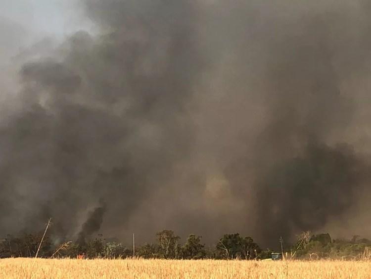 Fumaça alcançou grandes proporções e encobriu parte da cidade — Foto: Indianara Campos/TVCA