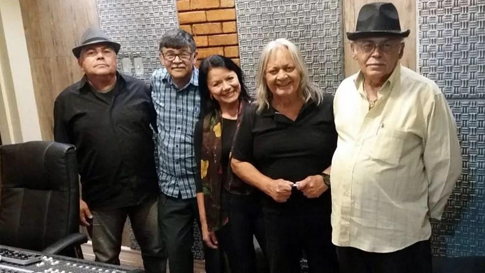 Amauri Cruz, irmãos e amigos que participaram da gravação do álbum 'Lembranças da Vida', durante o São João 2018 (Foto: Amauri Cruz/Acervo pessoal)