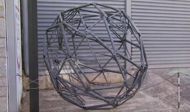 Globo que fazia parte de escultura foi arrancado por vândalos e até o momento não foi colocado de volta no lugar (Foto: Reprodução EPTV/Tarciso Silva)