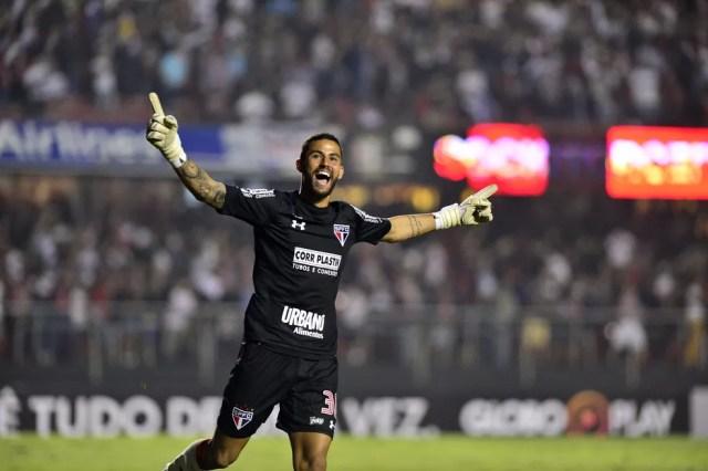 Renan Ribeiro vibra após pênalti perdido por Jean, do Palmeiras, na vitória do São Paulo (Foto: Marcos Ribolli)