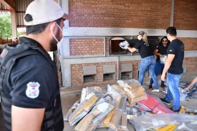 Droga apreendida foi incinerado nesta terça-feira (14) — Foto: Polícia Civil