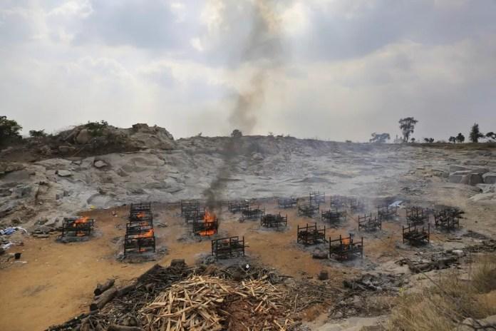 Piras funerárias de 25 vítimas da Covid-19 em crematório a céu aberto criado em uma pedreira de granito nos arredores de Bengaluru, na Índia, em 5 de maio de 2021 — Foto: Aijaz Rahi/AP