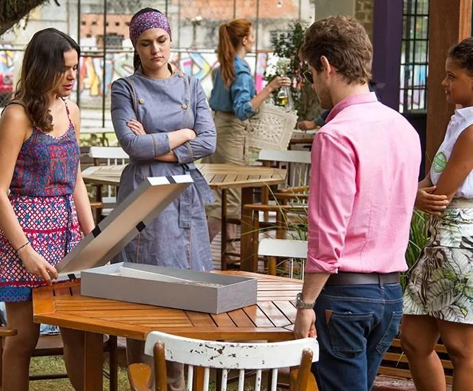 Mari, Olga, Ben e Lilica se assustam com o 'presente' (Foto: Fabiano Battaglin/Gshow)