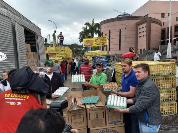 Carga de 10 mil galinhas é doada por produtores à população em Vitória (Foto: Produtores rurais de Santa Maria de Jetibá)