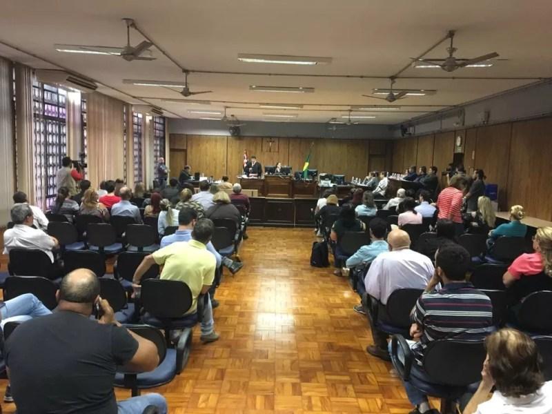 Tribunal está lotado no fórum de Rio Preto — Foto: Renato Pavarino/G1
