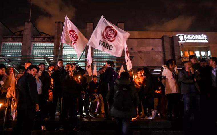 Apoiadores das Farc protestam contra a prisão de Jesús Santrich em frente ao gabinete do Procurador Geral, em Bogotá, na Colômbia, na segunda-feira (9) (Foto: Raul Arboleda/AFP)