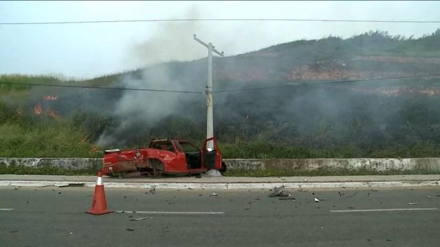 Veículo saiu da pista após colisão com outro carro e acabou batendo em um poste. (Foto: Reprodução/TV Mirante)