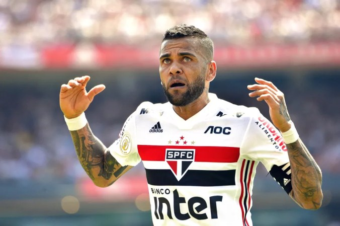 Daniel Alves é esperado no São Paulo nesta quinta-feira — Foto: Marcos Ribolli