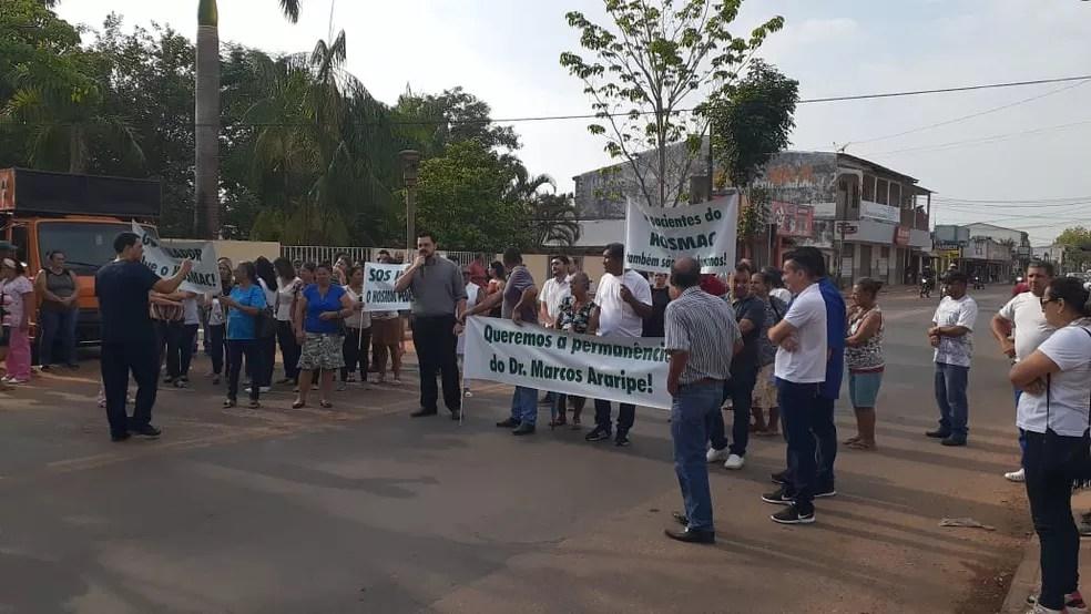 Ato em frente do Hosmac exige melhorias e permanência de diretor da unidade — Foto: Lidson Almeida/Rede Amazônica Acre