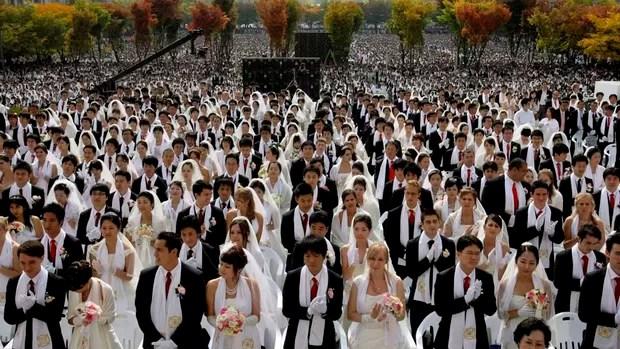 Em 14 outubro de 2009 casais de todo o mundo participam de uma cerimônia de casamento em massa organizados pela igreja da Unificação do reverendo Moon ao sul de Seul, na Coreia do sul.. (Foto: Lee Jin-man/AP)