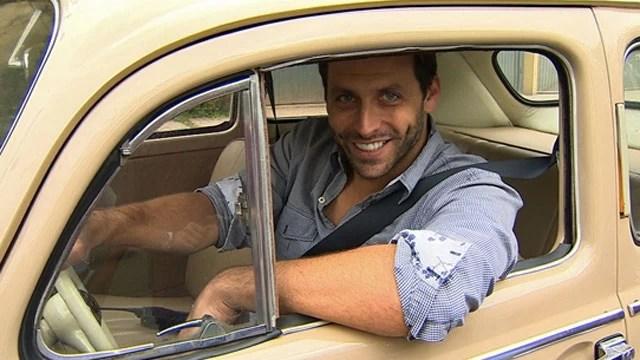 O ator Henry Castelli conta no AutoEsporte como transformou um carro antigo em um veículo para uso diário (Foto: Reprodução/AutoEsporte TV)