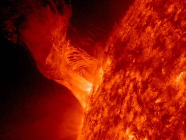 IN SPACE - DECEMBER 31: In this handout from NASA, a solar eruption rises above the surface of the sun December 31, 2012 in space. According to NASA the relatively minor eruption extended 160,000 miles out from the Sun and was about 20 times the diameter  (Foto: Getty Images)