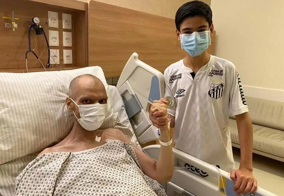 Covas e o filho, Tomás, durante internação no Hospital Sírio-Libanês, em 4 de maio.  — Foto: Reprodução/Instagram
