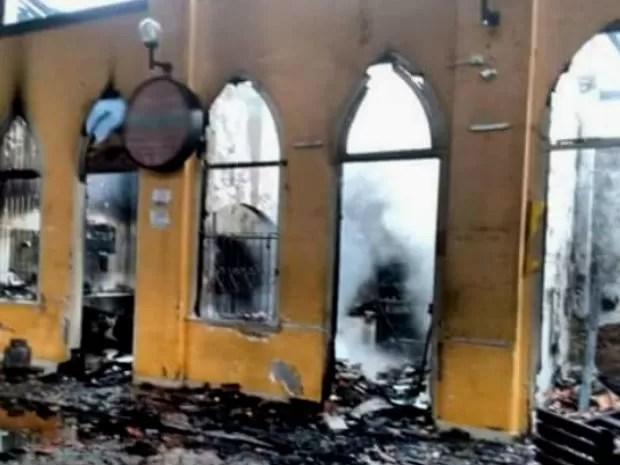 Corpo de Bombeiros e populares conseguiram apagar as chamas, mas lojas ficaram destruídas no Centro Cultural de Nazaré (Foto: Marcus Augusto/ Site Voz da Bahia)