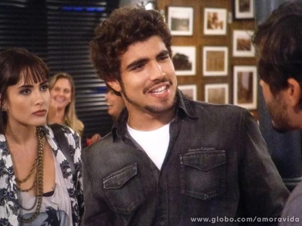 Michel se estranha com Jefferson por causa de Patrícia (Foto: Amor à Vida / TV Globo)