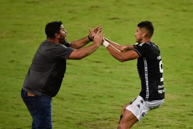 Barroca e Pedro Raul na vitória do Botafogo sobre o Coritiba — Foto: Du Caneppele/O Fotográfico/Estadão Conteúdo