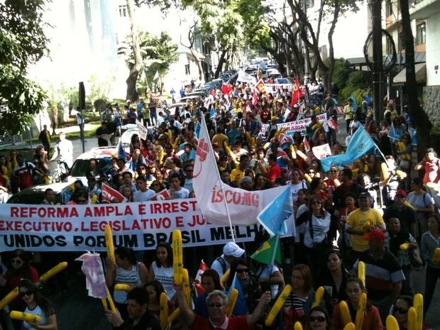 Na capital mineira, faixa levada por manifestantes pede reforma do Executivo, Legislativo e Judiciário (Foto: Pedro Ângelo/G1)