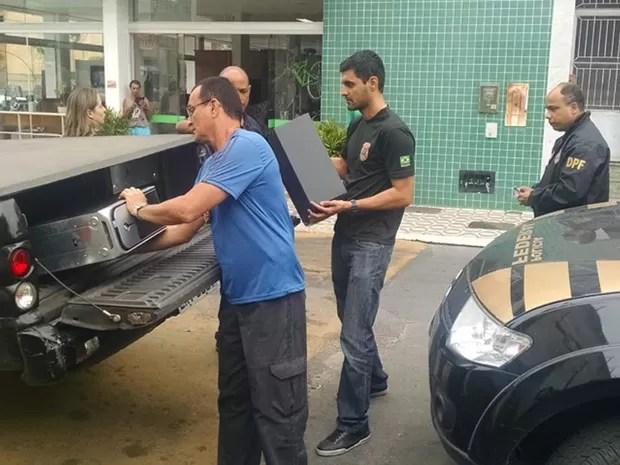 Polícia apreendeu computador durante ação em São Fidélis (Foto: Luciana Vieira / Jornal Folha da Cidade)