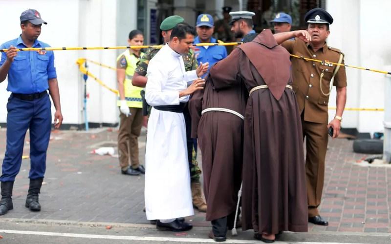 Padres caminham perto de igreja após atentado — Foto: Dinuka Liyanawatte/Reuters