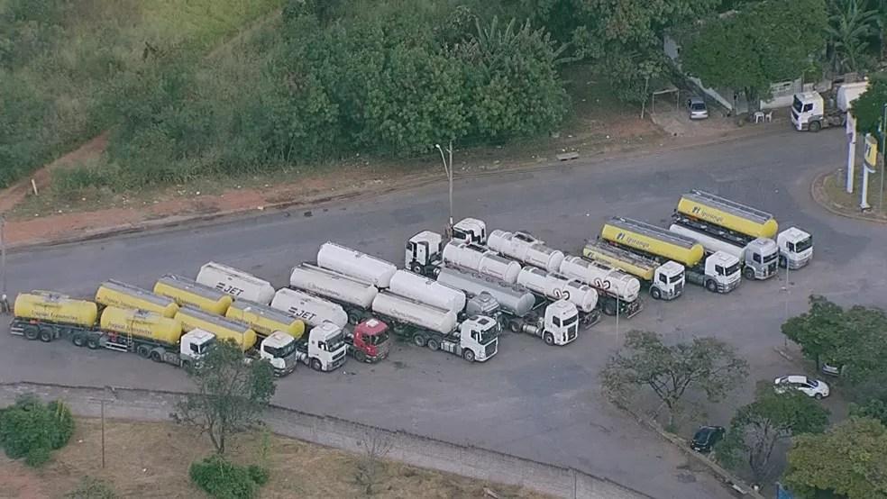 Caminhões de gasolina retidos no Setor de Inflamáveis do DF (Foto: TV Globo/Reprodução)