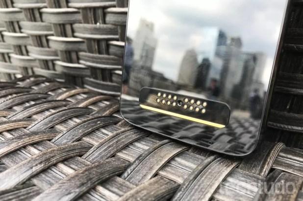O Moto Z3 mantém os pinos para acoplar os Modos Snaps (Foto: Luciana Maline/TechTudo)