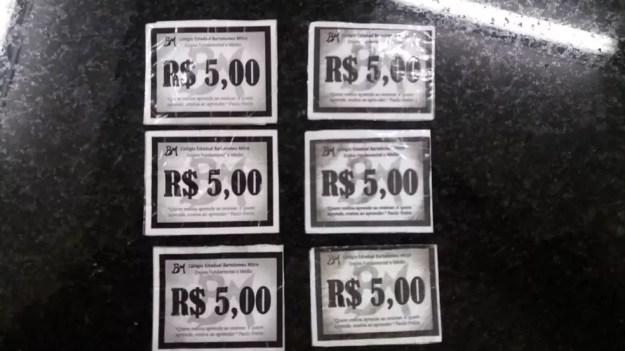 Com as duas adolescentes foram encontradas seis fichas falsificadas de R$ 5 cada uma — Foto: Polícia Civil/Divulgação