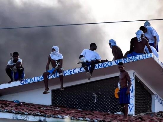19/01 - Presos são vistos no telhado durante uma rebelião na penitenciária de Alcaçuz, perto de Natal, no Rio Grande do Norte (Foto: Josemar Gonçalves/Reuters)