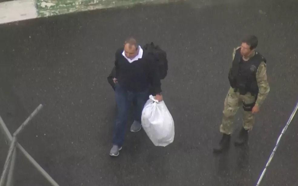 Cabral chega ao Complexo Penitenciário de Gericinó, em Bangu (Foto: Reprodução TV Globo)
