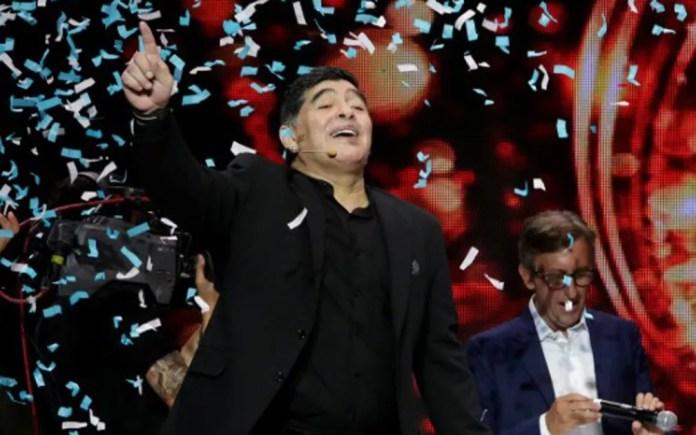 Diego Maradona comemora ao receber o título de cidadão honorário de Nápoles, na Itália, em 5 de julho — Foto: Reuters/Ciro de Luca