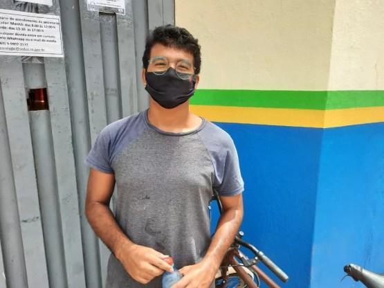 """Enem 2020 em Porto Velho - Everton Rodrigues, 20 anos, está fazendo o Enem pela terceira vez e quer cursar engenharia da computação. Ele não sabia que não poderia guardar a bicicleta dentro da escola e teve que trancar com cadeado do lado de fora. """"O jeito é contar com a sorte"""". — Foto: Diêgo Holanda/G1"""