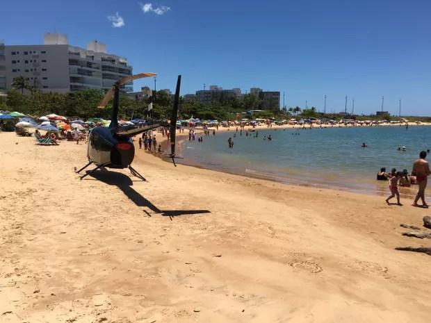 Vereador, que também é piloto, pousa helicóptero em praia de Guarapari (Foto: Divulgação/ Polícia Civil)