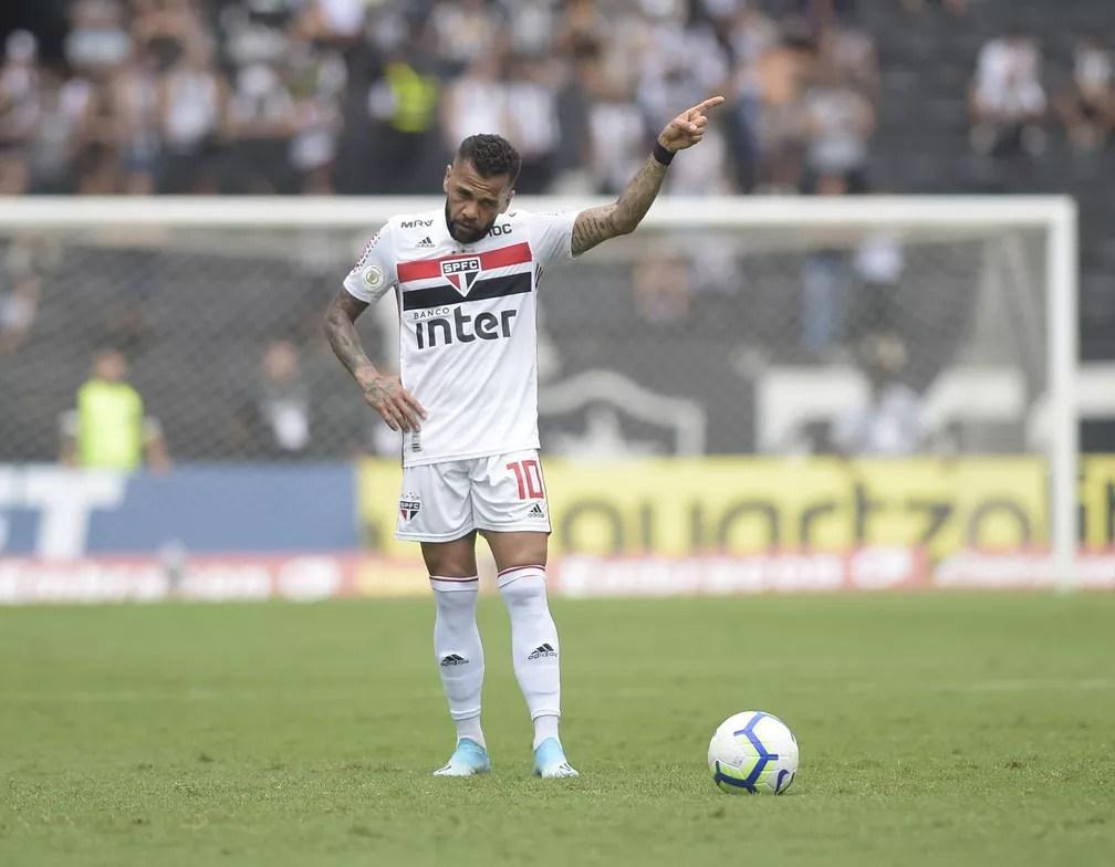 Daniel Alves em ação durante Botafogo x São Paulo — Foto: André Durão